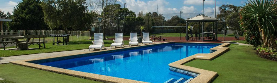 Full-size tennis court with basketball ring, full size swimming pool and barbecue area at Frankston Motel